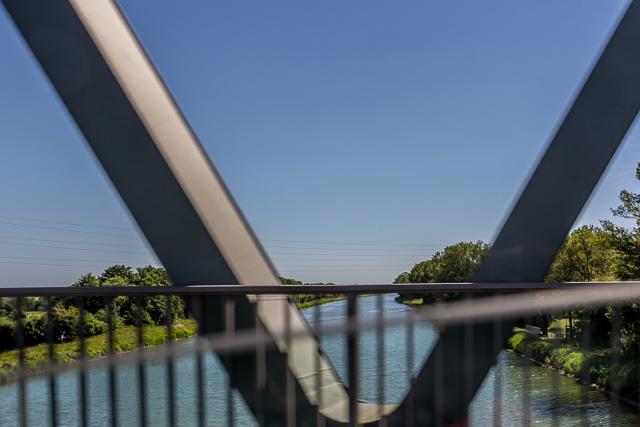 The Mittleland Kanal from a bridge near Hedem.