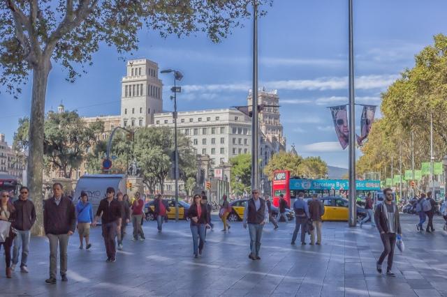 Avinguda de la del l'Angel begins at Placa de Catalunya.