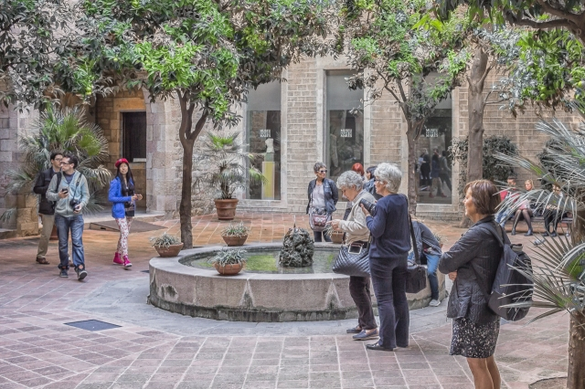 Tourists listening to the choir in the Mares Museum courtyard.