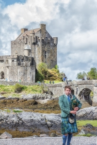 We came across this piper when we stopped at the Eilean Donan castle on our way back from Skye.
